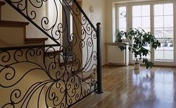 Balustrada drewniana, szklana a może ze stali nierdzewnej? Jak dopasować ją do schodów?