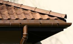 Miedziane rynny: parametry techniczne i zasady montażu rudych rynien