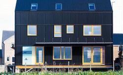Czarny dom z duszą i klimatem. Dom energooszczędny wybudowany w Anglii