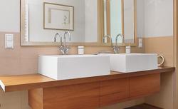 Efektowny i trwały blat łazienkowy: drewniany, a może kamienny?
