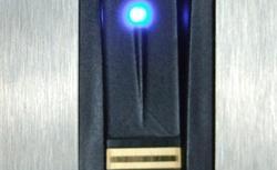 Drzwi wejściowe z kontrolą dostępu. Jeden klucz lub czytnik linii papilarnych