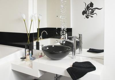 Aranżacja biało-czarnej łazienki. Pomysł na nowoczesne i eleganckie wnętrze [ZDJĘCIA]