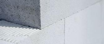 Zaprawa cienkowarstwowa w energooszczędnych ścianach z betonu komórkowego