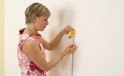 Tapetowanie ścian. Wybierz materiały do przyklejania tapety