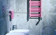 Grzejnik dekoracyjny w łazience z betonem na ścianach