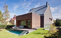 Co wyróżnia dach płaski na tle dachów skośnych?