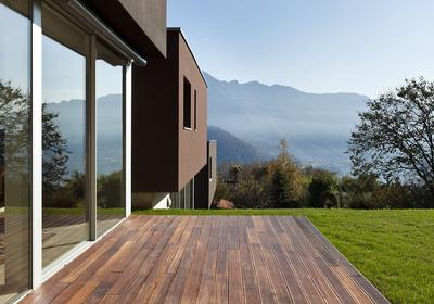 Thermo drewno: deski na taras - konkurencja dla drewna egzotycznego? Sprawdzamy wady i zalety thermo drewna, porównujemy ceny