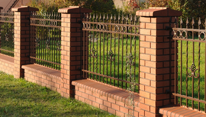 Jak zbudować ogrodzenie murowane? Słupki z klinkieru, fundament z betonu, przęsła stalowe