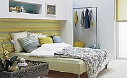 Kwiaty w sypialni czy pasy? Jakie dodatki do sypialni podobają ci się bardziej?