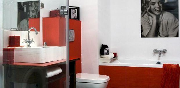 Czerwony detal w łazience