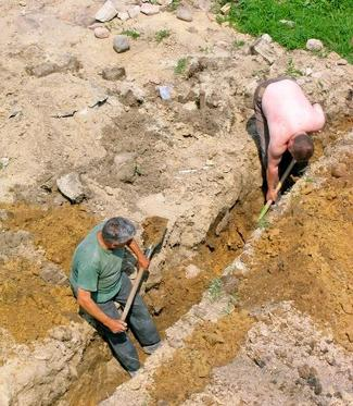 Wykop pod fundament robiony ręcznie, łopatą